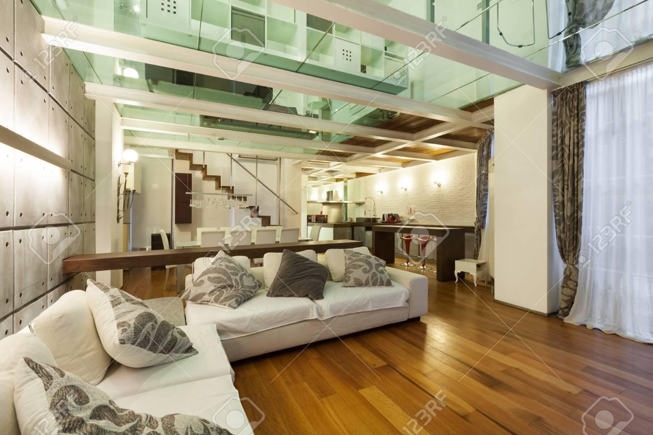 Große Galerie Mit Modernen Möbeln Im Wohnzimmer Lizenzfreie Fotos