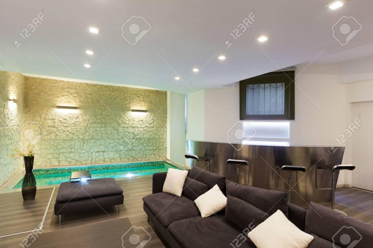 große galerie mit whirlpool im wohnzimmer lizenzfreie fotos, Wohnzimmer