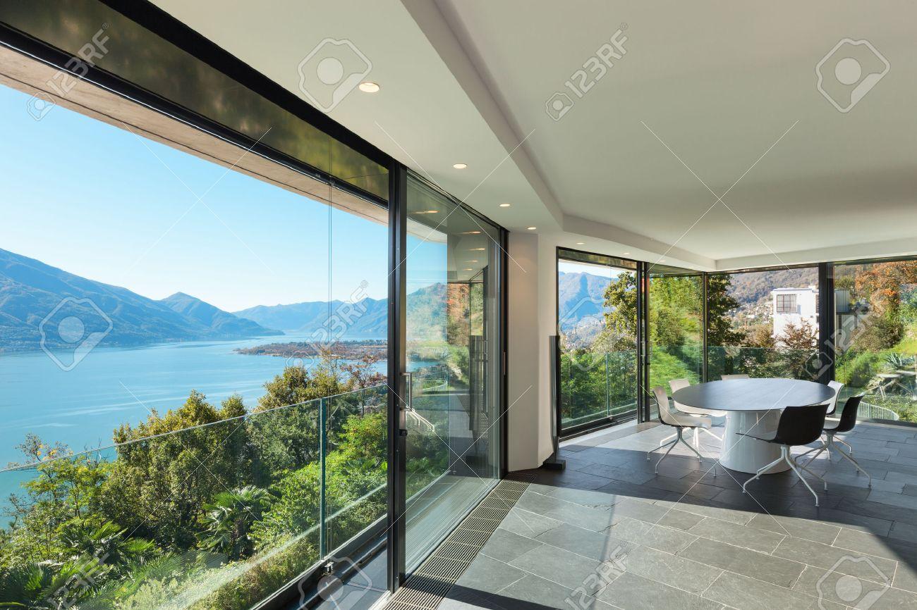 Intérieur de maison moderne, grande salle à manger aux murs de verre