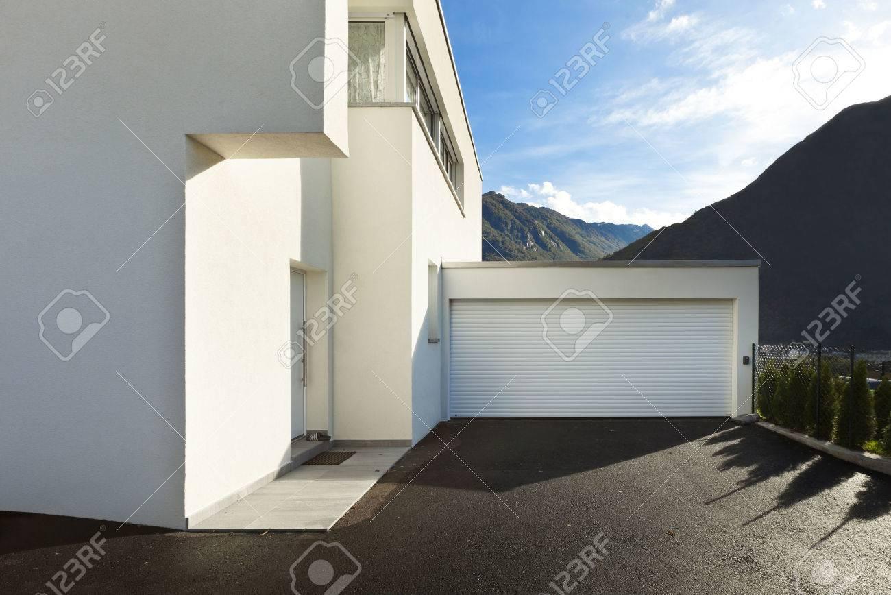 Modernes Haus Weiß, Blick Von Der Innenhof Mit Garage Lizenzfreie ...
