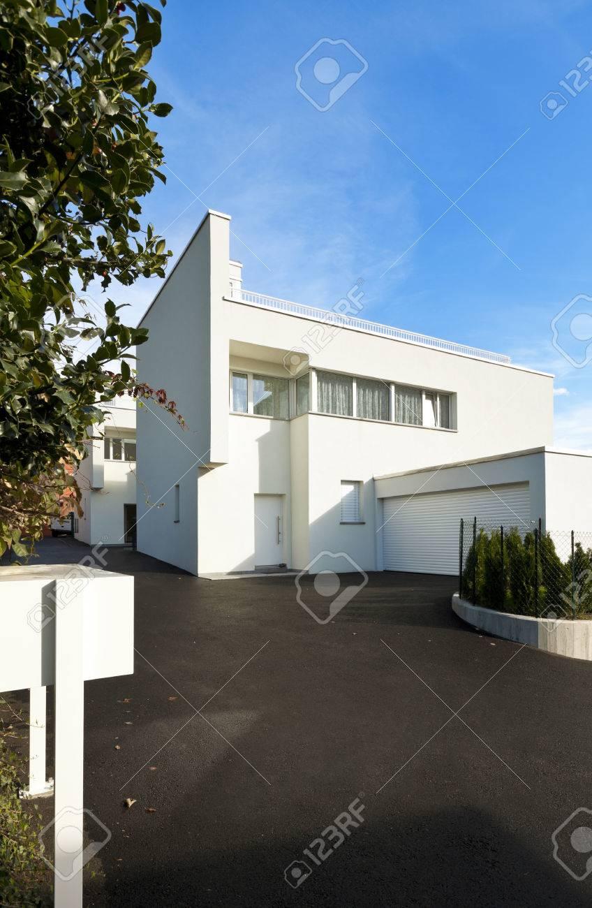 Modernes Haus Weiß, Blick Von Der Innenhof Lizenzfreie Fotos, Bilder ...