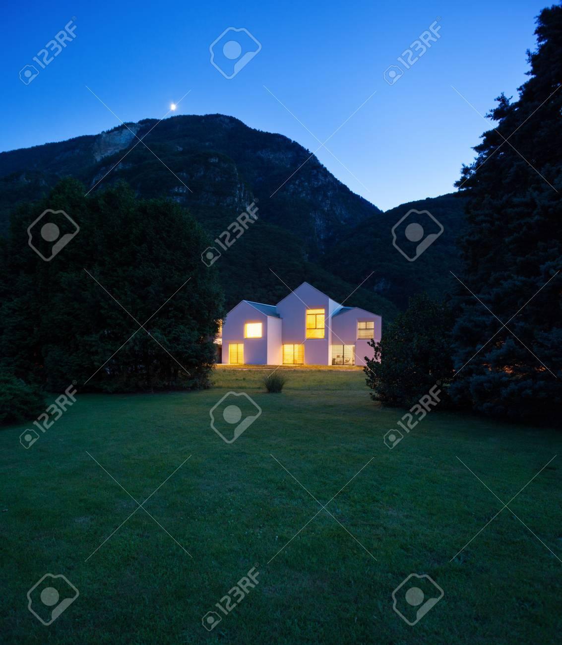 Architektur, Moderne Weißen Häusern, Außenansicht Bei Nacht ...