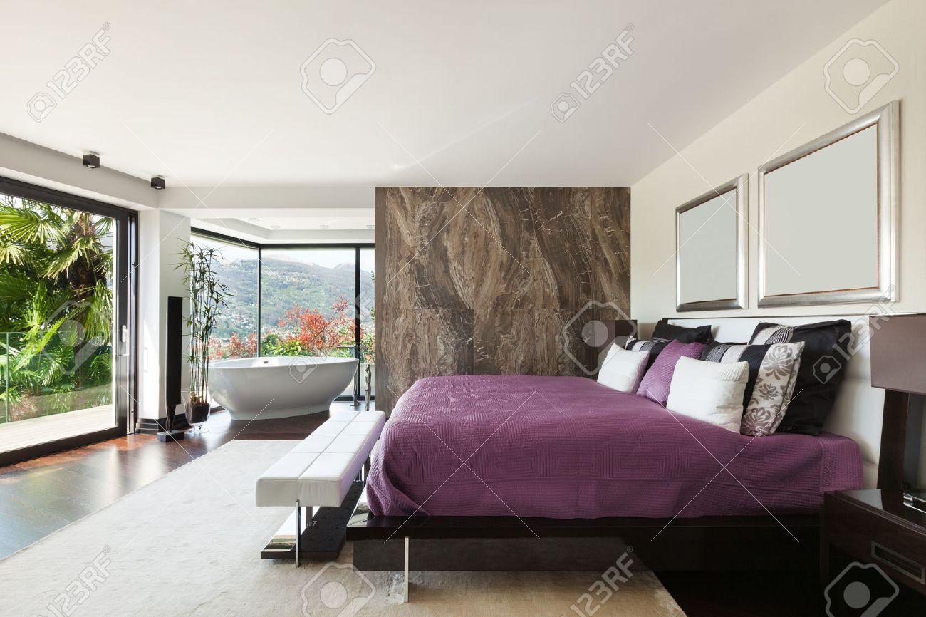 moderni splendidi interni della casa, ampia camera da letto Archivio Fotografico - 44078298