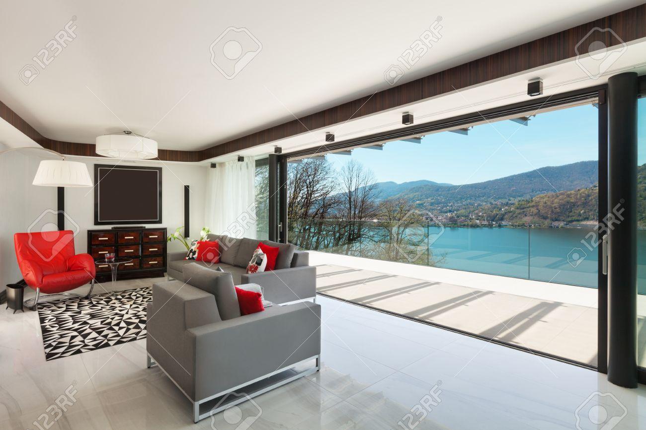 Modernes Haus Schöne Veranda Mit Blick Auf Den See, Innen ...