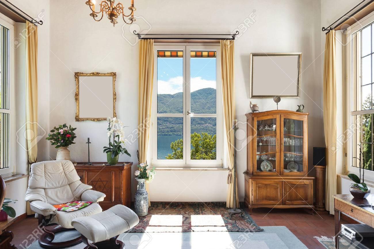 interno della vecchia casa, mobili classici, soggiorno con finestra Archivio Fotografico - 44117653
