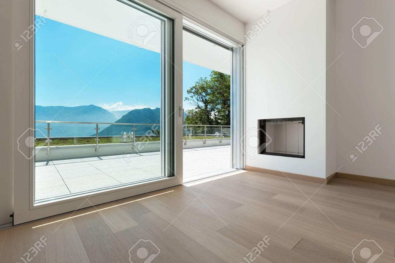 Interni, angolo di un appartamento moderno, vista camino e finestra Archivio Fotografico - 44117616
