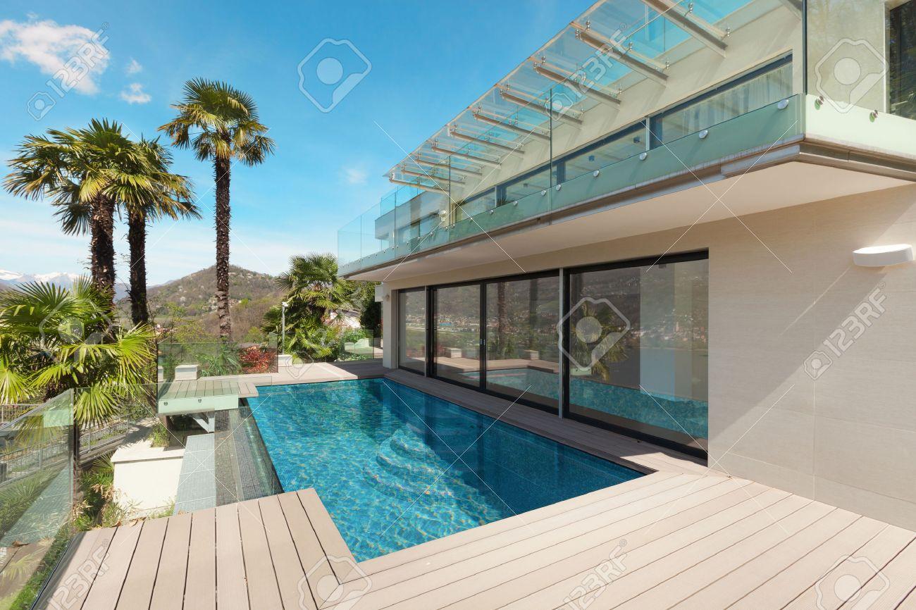 Modernes Haus, Schöne Terrasse Im Freien Lizenzfreie Fotos, Bilder ...