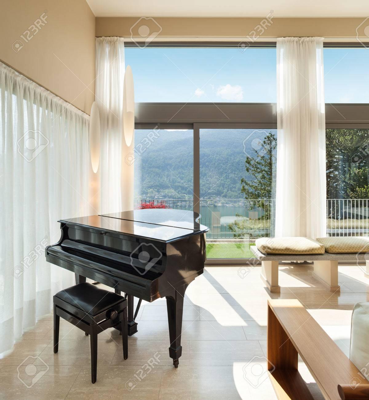 Intérieur D\'un Appartement Meublé Moderne, Salon Avec Piano Banque D ...