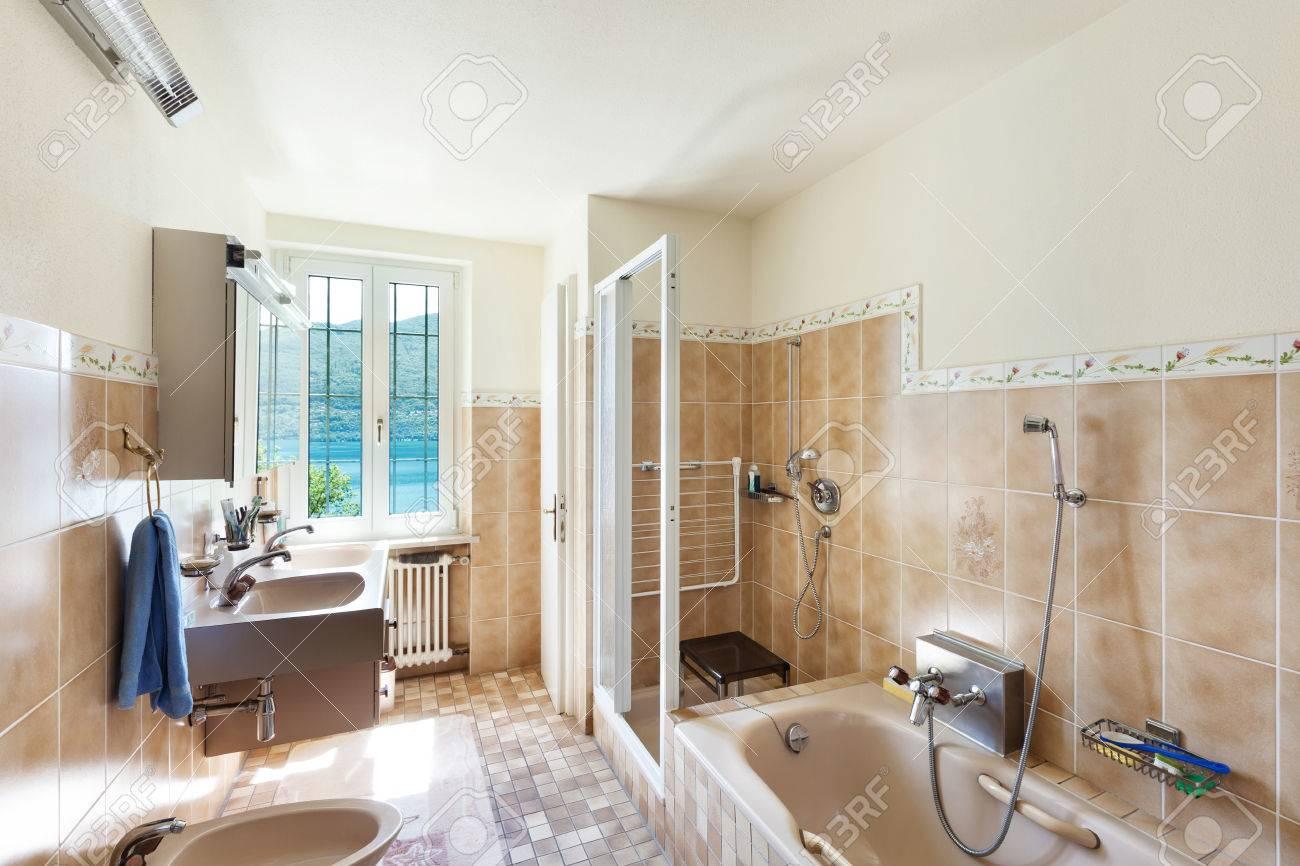 interno della vecchia casa bagno domestico Archivio Fotografico - 44117554