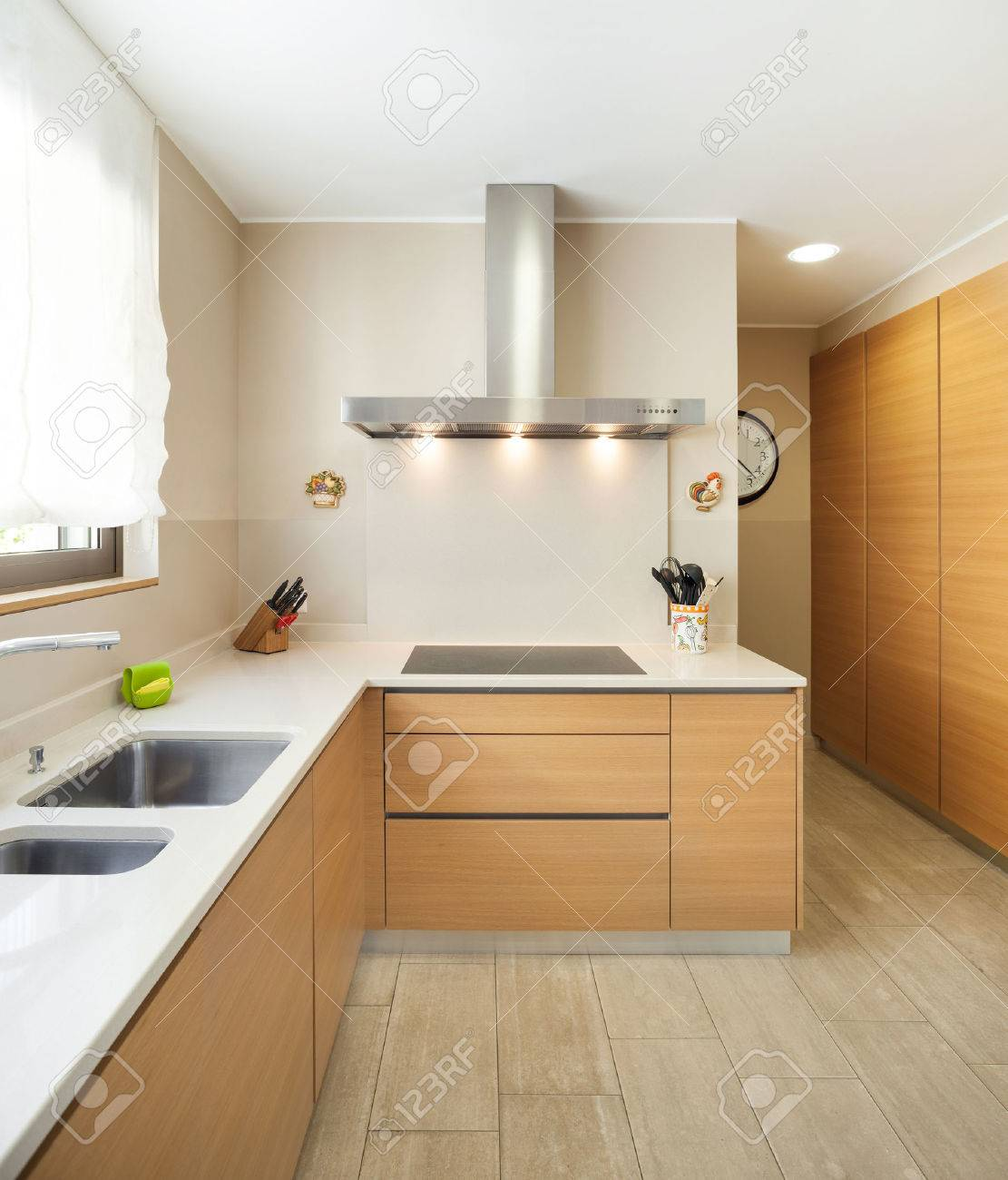 Intérieur D\'un Appartement Moderne Meublé, Grande Cuisine Domestique ...