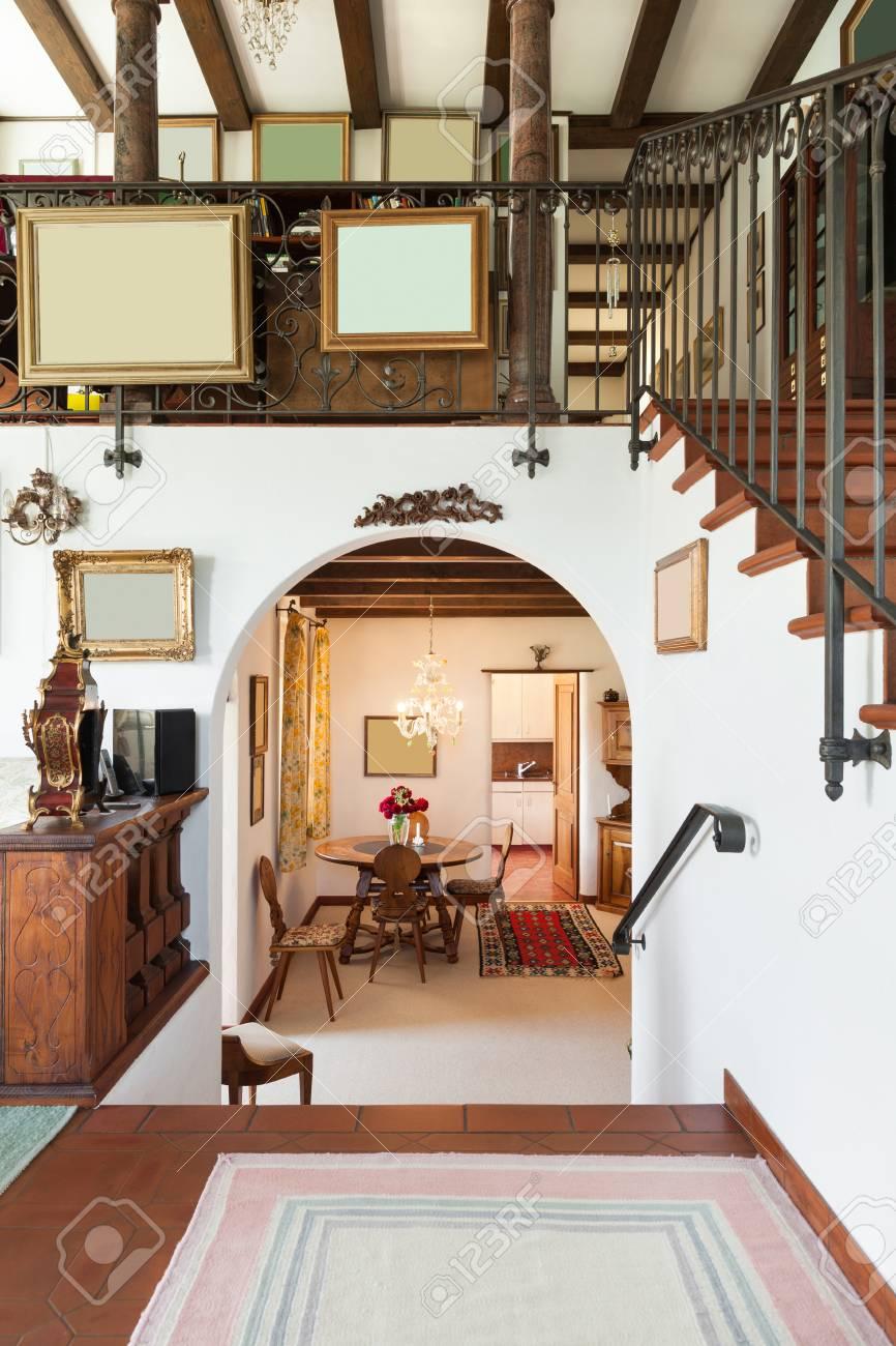 Interior de la vieja casa con muebles clásicos, comedor vista