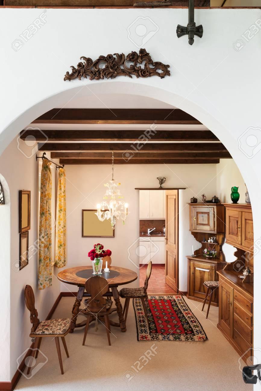 Interior de la casa vieja, muebles clásicos, comedor vista