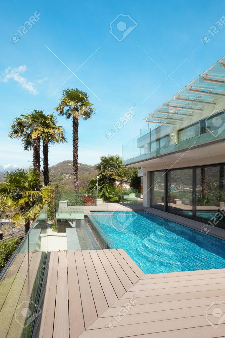 Maison Moderne, Belle Terrasse Avec Piscine Extérieure Banque D ...