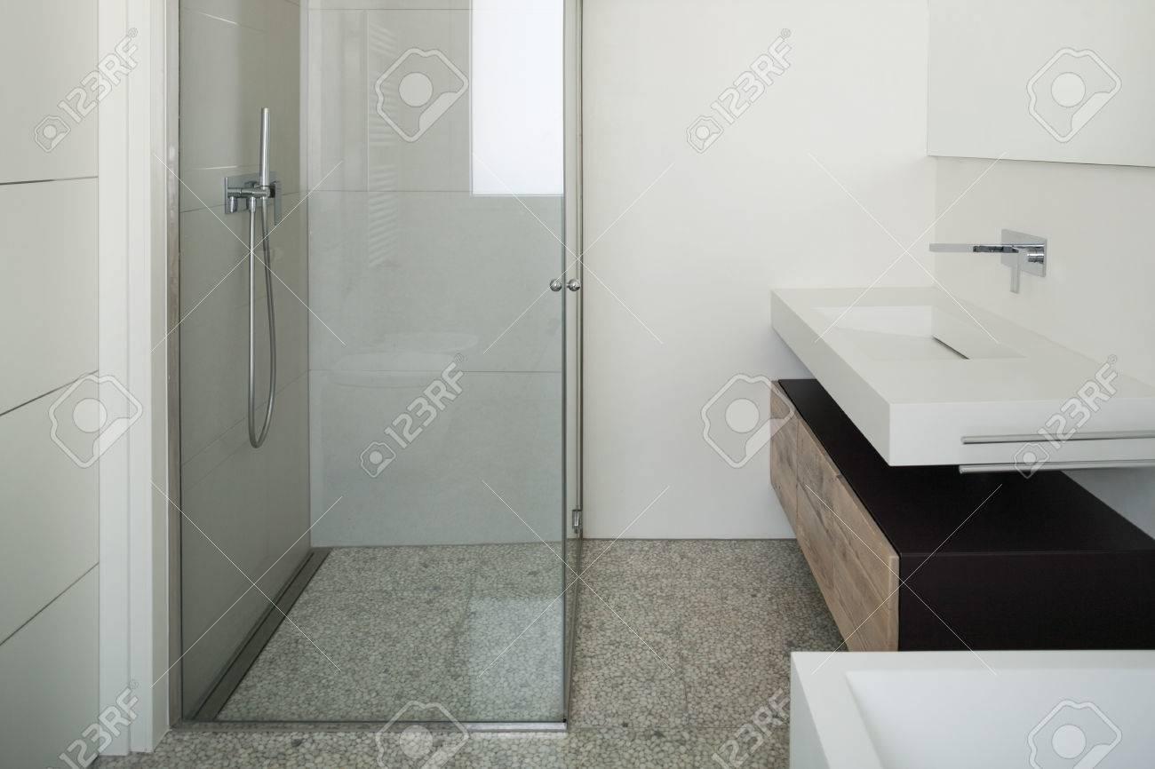 Intérieur maison moderne salle de bain blanche avec douche banque