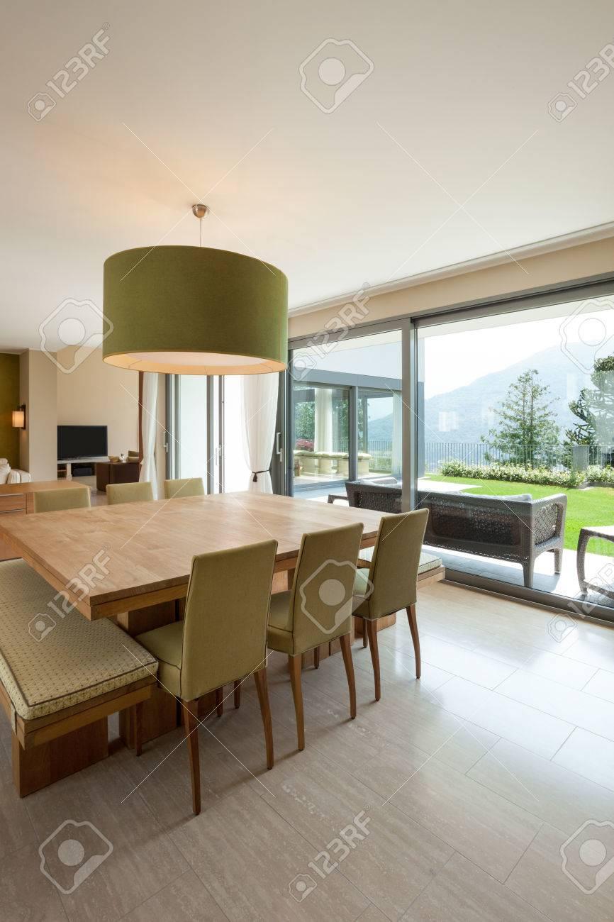 Inter d\'un appartement moderne meublé, salle à manger confortable