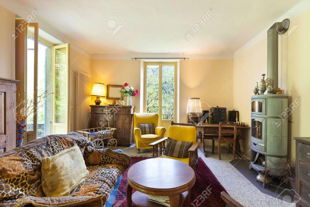 Schönes Wohnzimmer Von Einem Rustikalen Haus, Vintage-Möbel ...