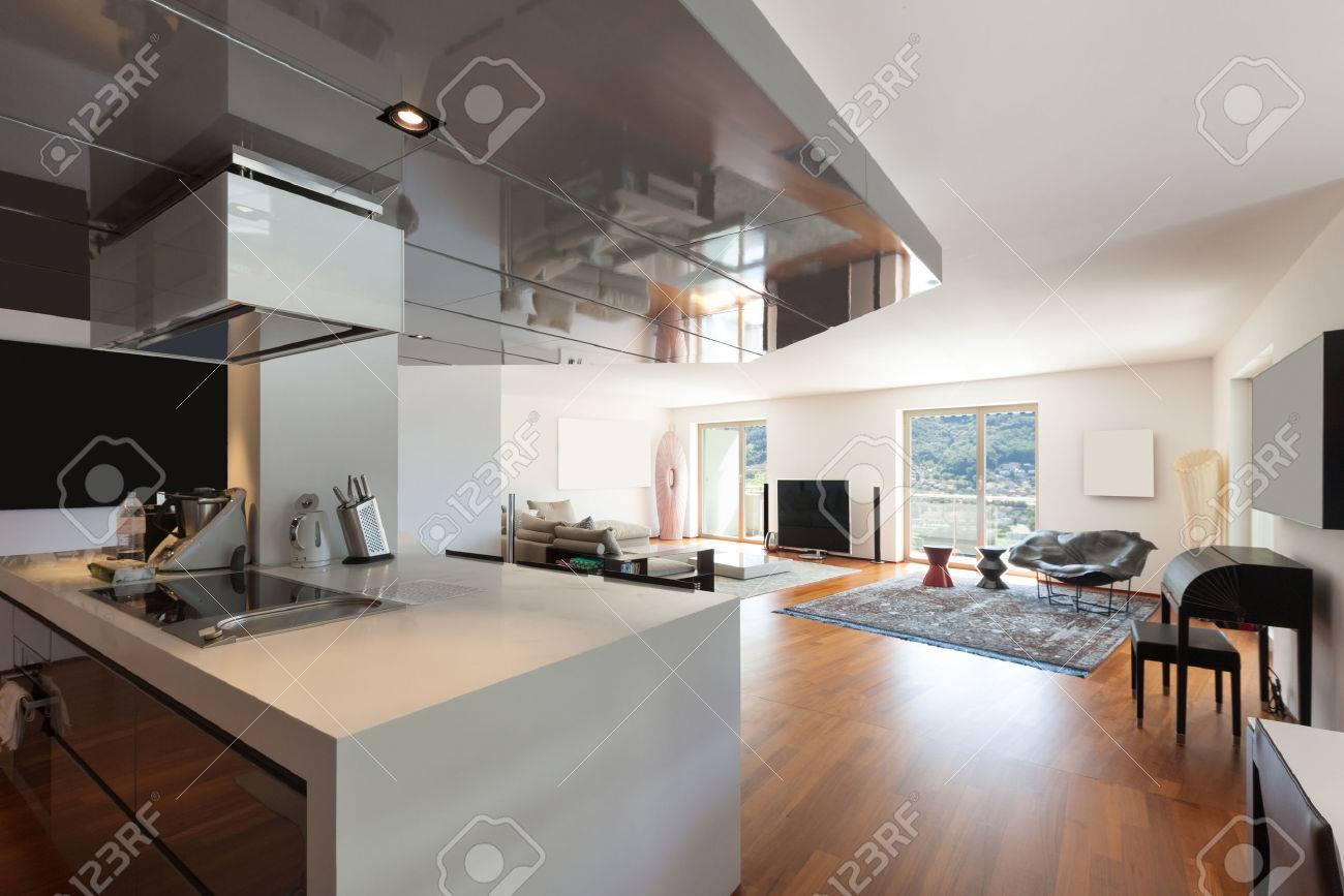 Interno di un appartamento, ampio soggiorno, pavimento in parquet Archivio Fotografico - 43845926
