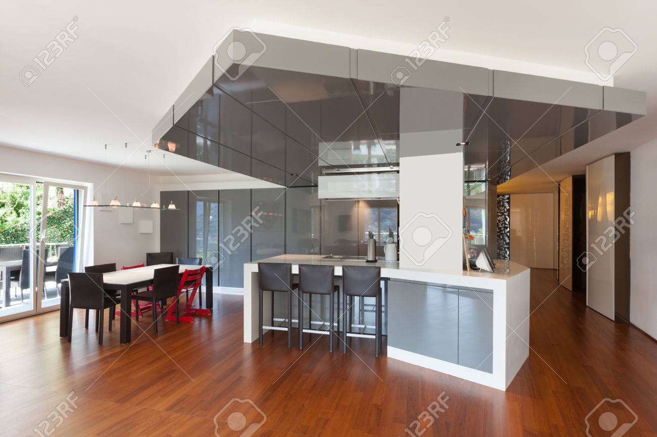 intérieur de l'appartement, grande cuisine, parquet banque d'images