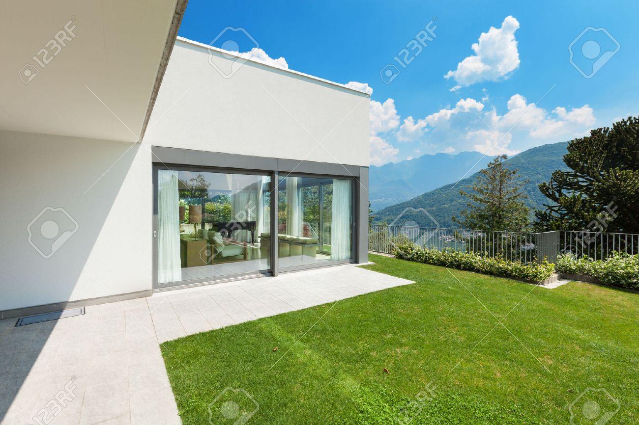 Architecture, modern white house with garden, outdoors Standard-Bild - 44136962