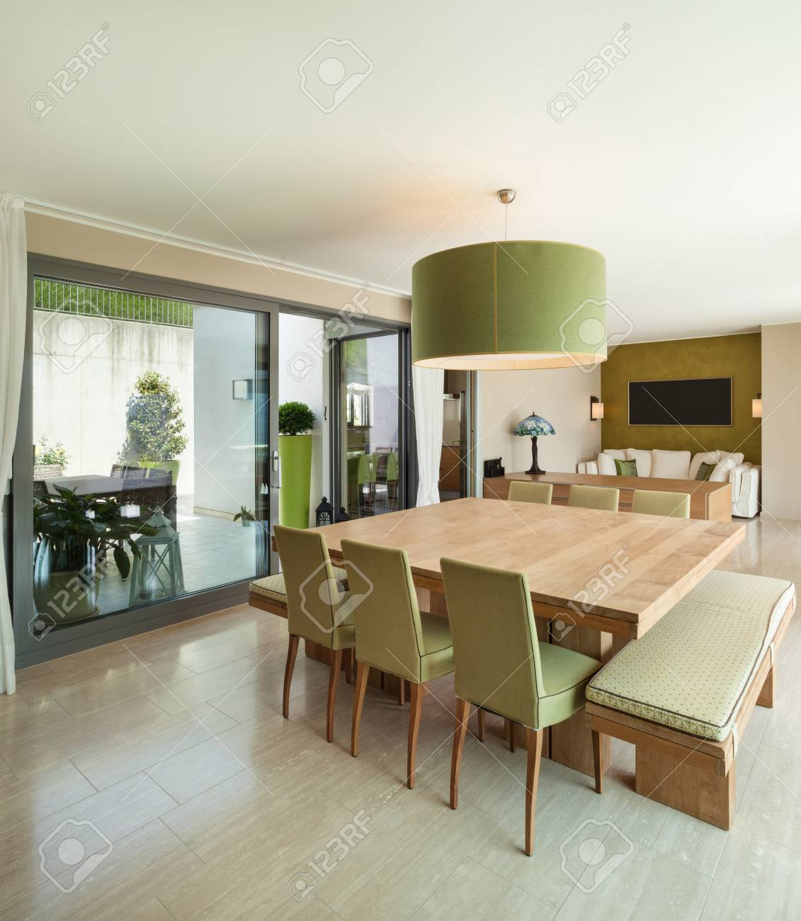 Intérieur d\'un appartement moderne meublé, salle à manger confortable