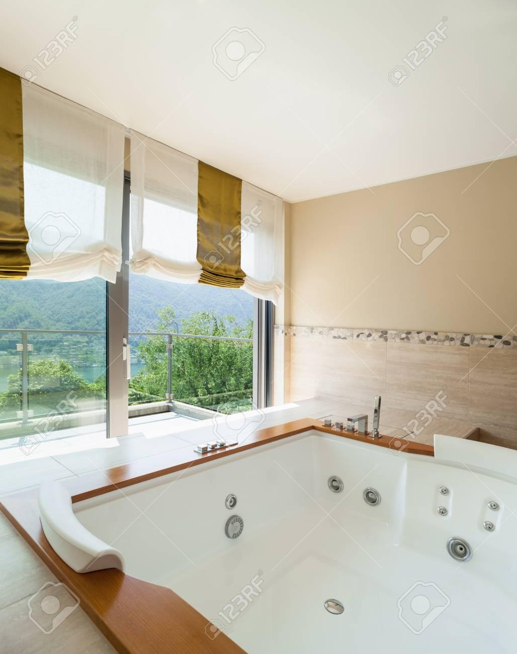Intérieur d\'un appartement de luxe meublé, salle de bain confortable avec  jacuzzi