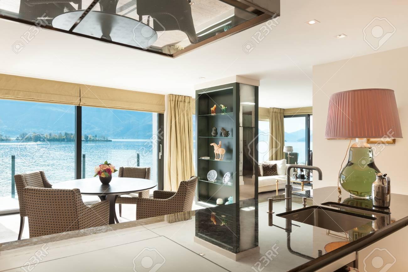 Interieur, Schöne Moderne Wohnung, Elegantes Wohnzimmer Mit Küche ...