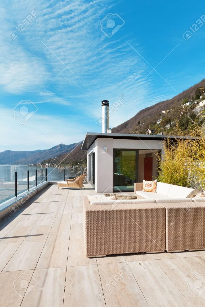 Arquitectura Moderna Hermosa Vista Del Lago Desde La Terraza De Un ático