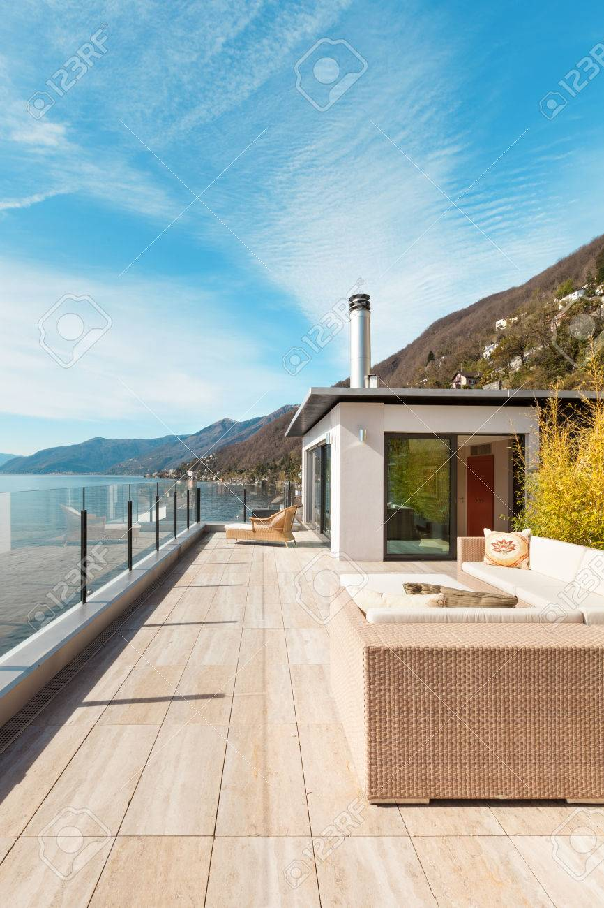 Hochwertig Moderne Architektur, Schöne Aussicht Auf Den See Von Der Terrasse Der  Penthouse Standard Bild