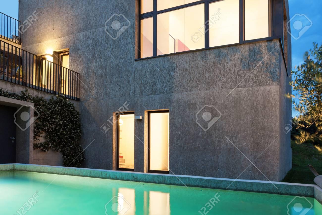 Zwembad In Huis : Externe van een modern huis met zwembad nachtscène royalty vrije