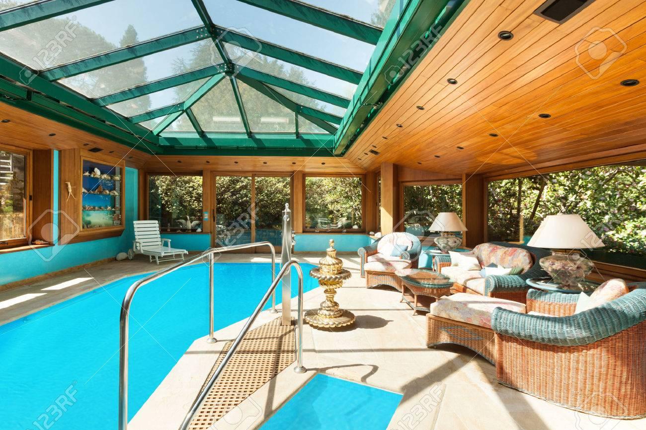 Interno di una casa residenziale, grande piscina coperta, soffitto con lucernari Archivio Fotografico - 45570152