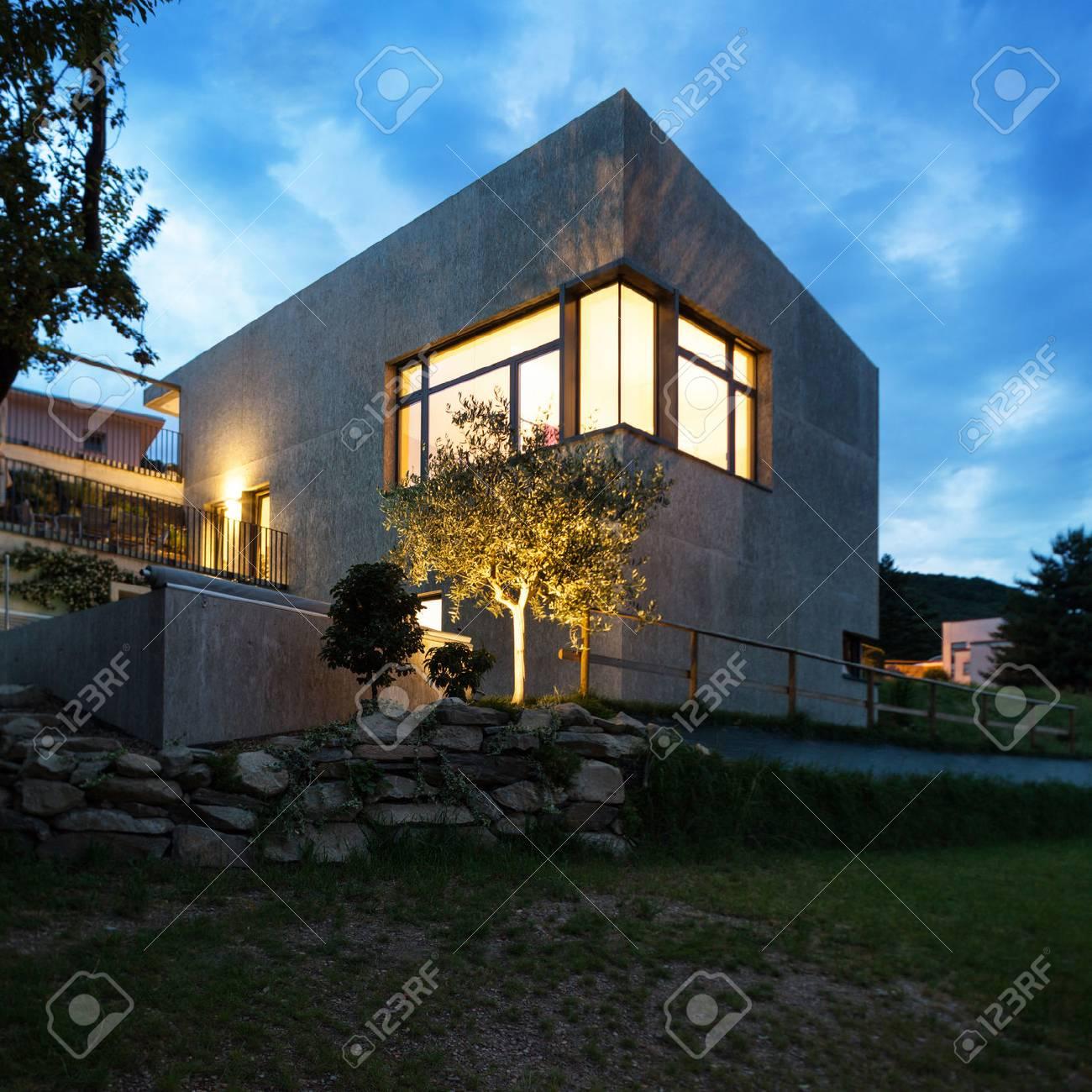 Extérieure D\'une Maison Moderne, Scène De Nuit Banque D\'Images Et ...