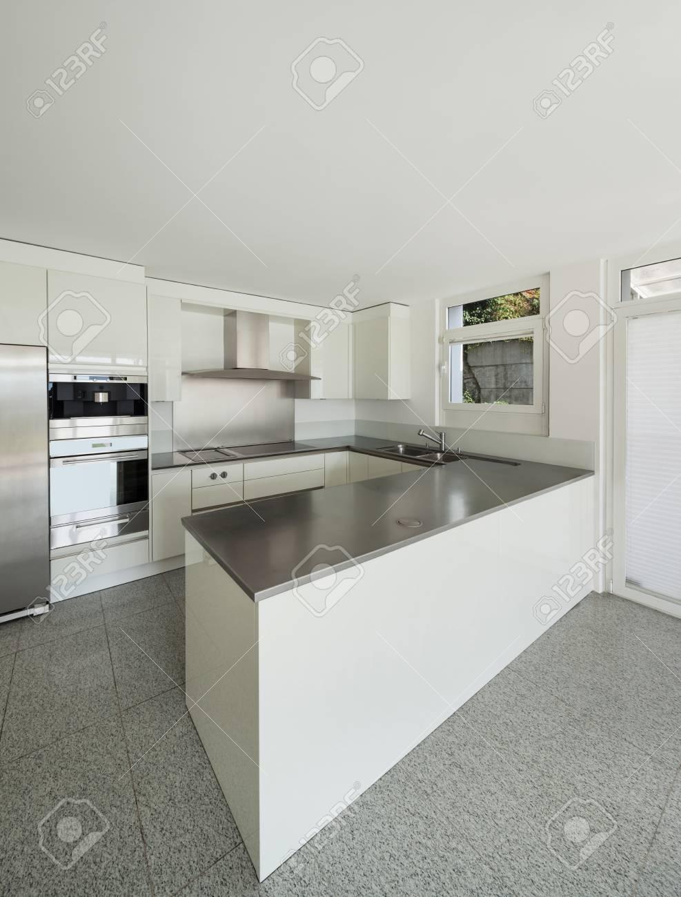 Architecture, intérieur d\'une maison moderne, cuisine blanche