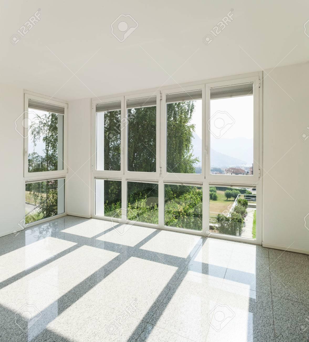 Architecture, Intérieur Du0027une Maison Moderne, Grande Chambre Avec Des  Fenêtres Banque D