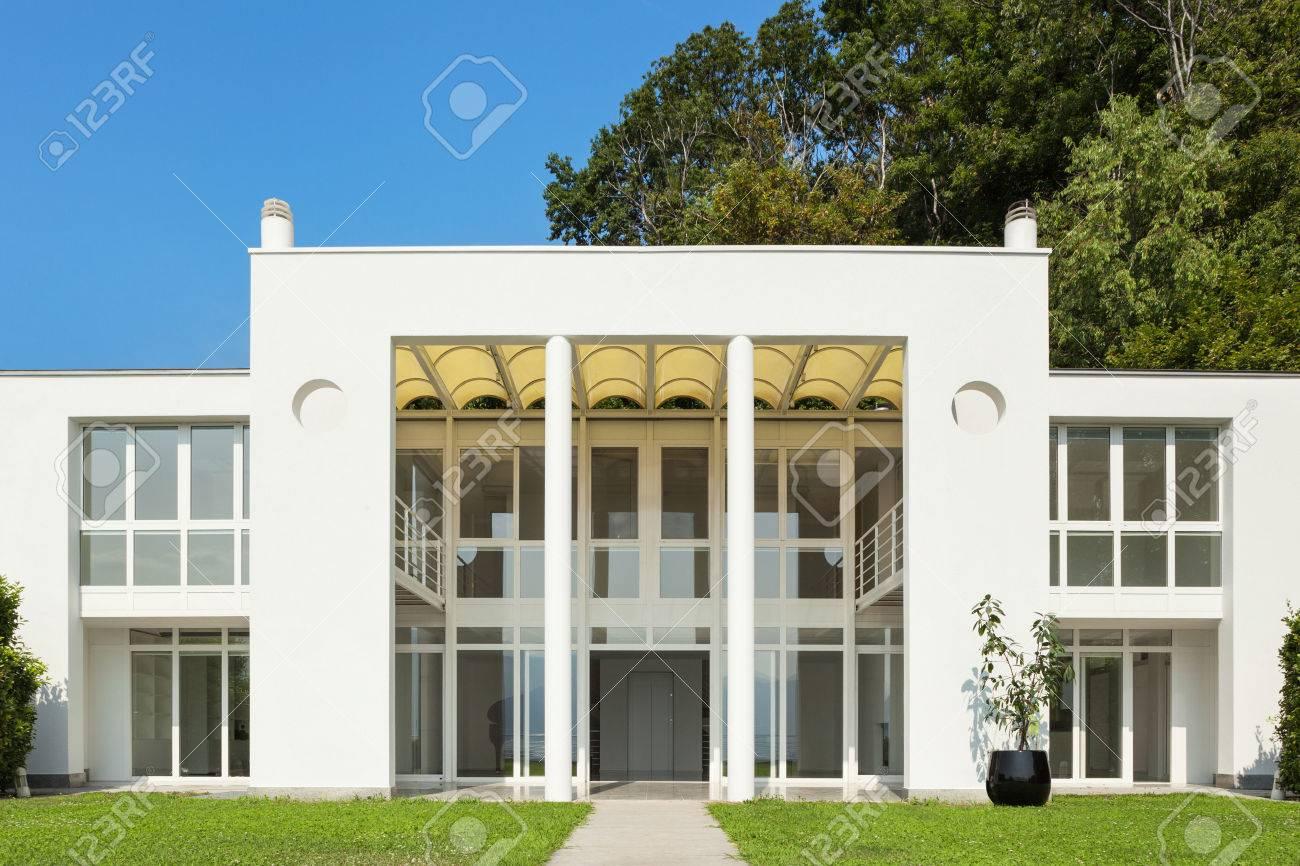 Architecture, white modern villa, view from the garden Standard-Bild - 46190309