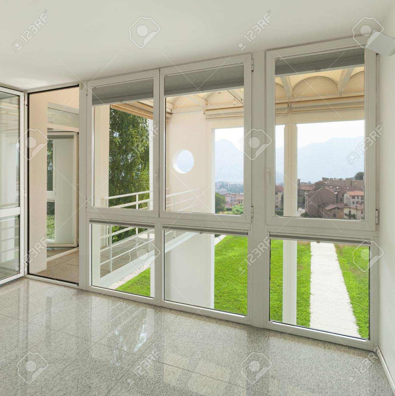 Architecture, intérieur d\'une maison moderne, grande chambre avec des  fenêtres