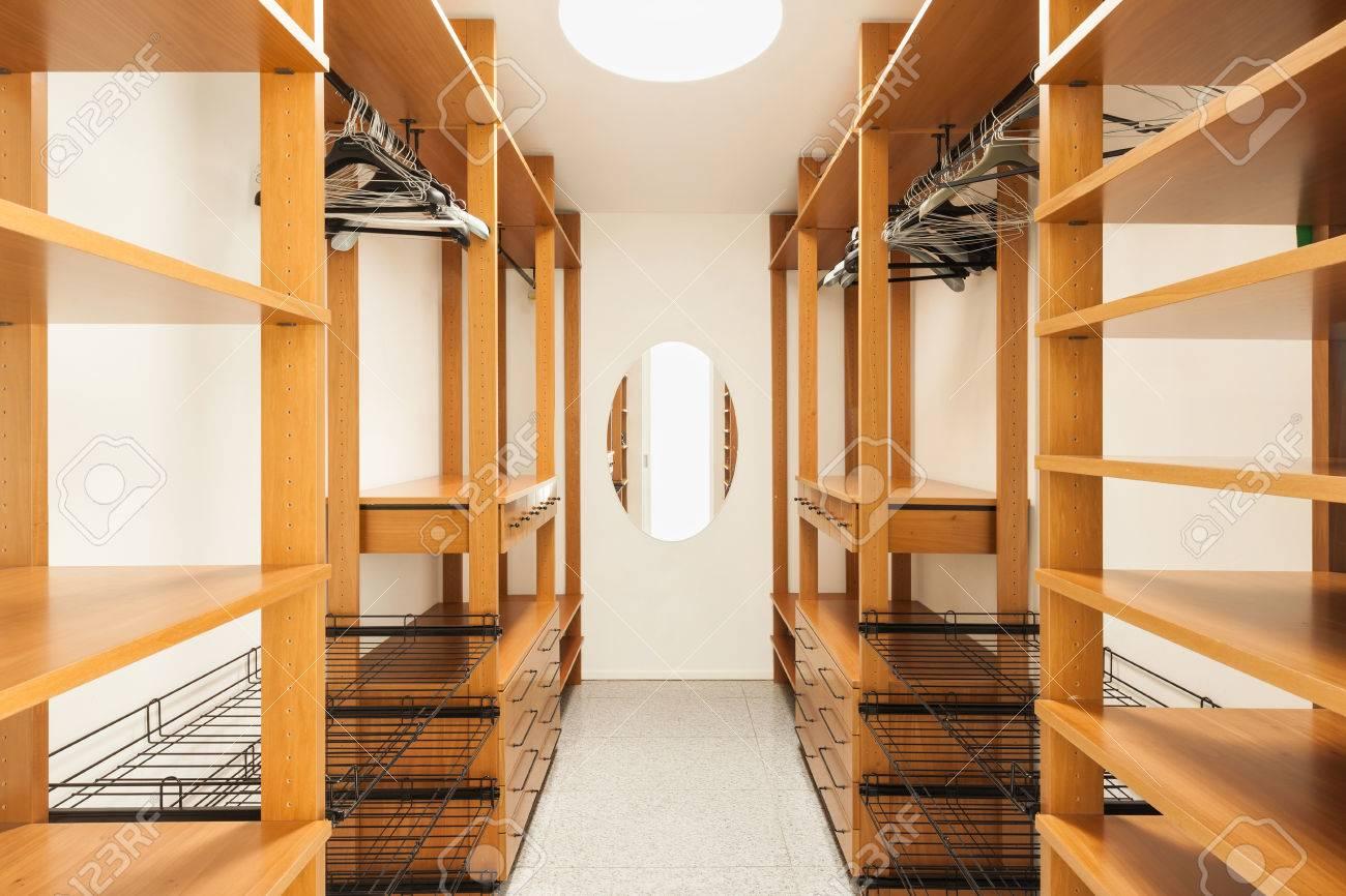 Large dressing bois intérieur d une maison moderne banque d