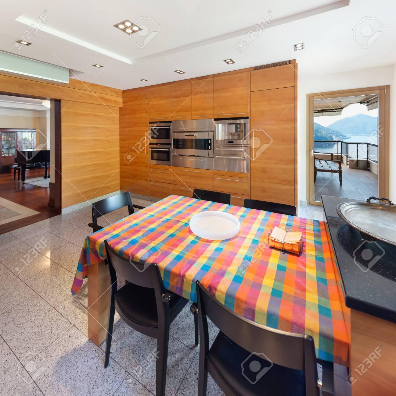 Interior De Un Apartamento Moderno, Amplia Cocina Doméstica, Mesa De ...