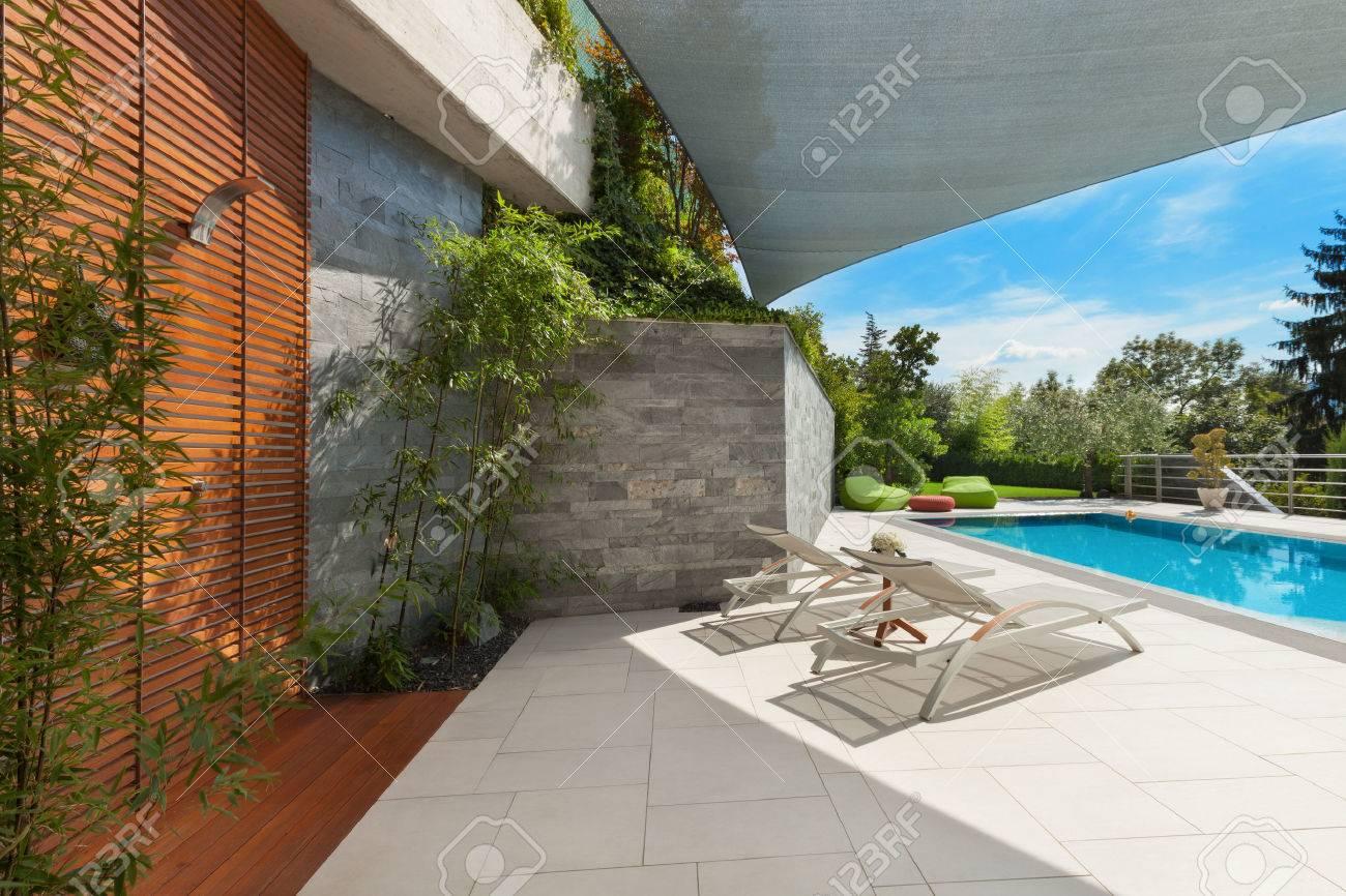 bella casa, vista piscina dalla veranda, da estate Archivio Fotografico - 47441497