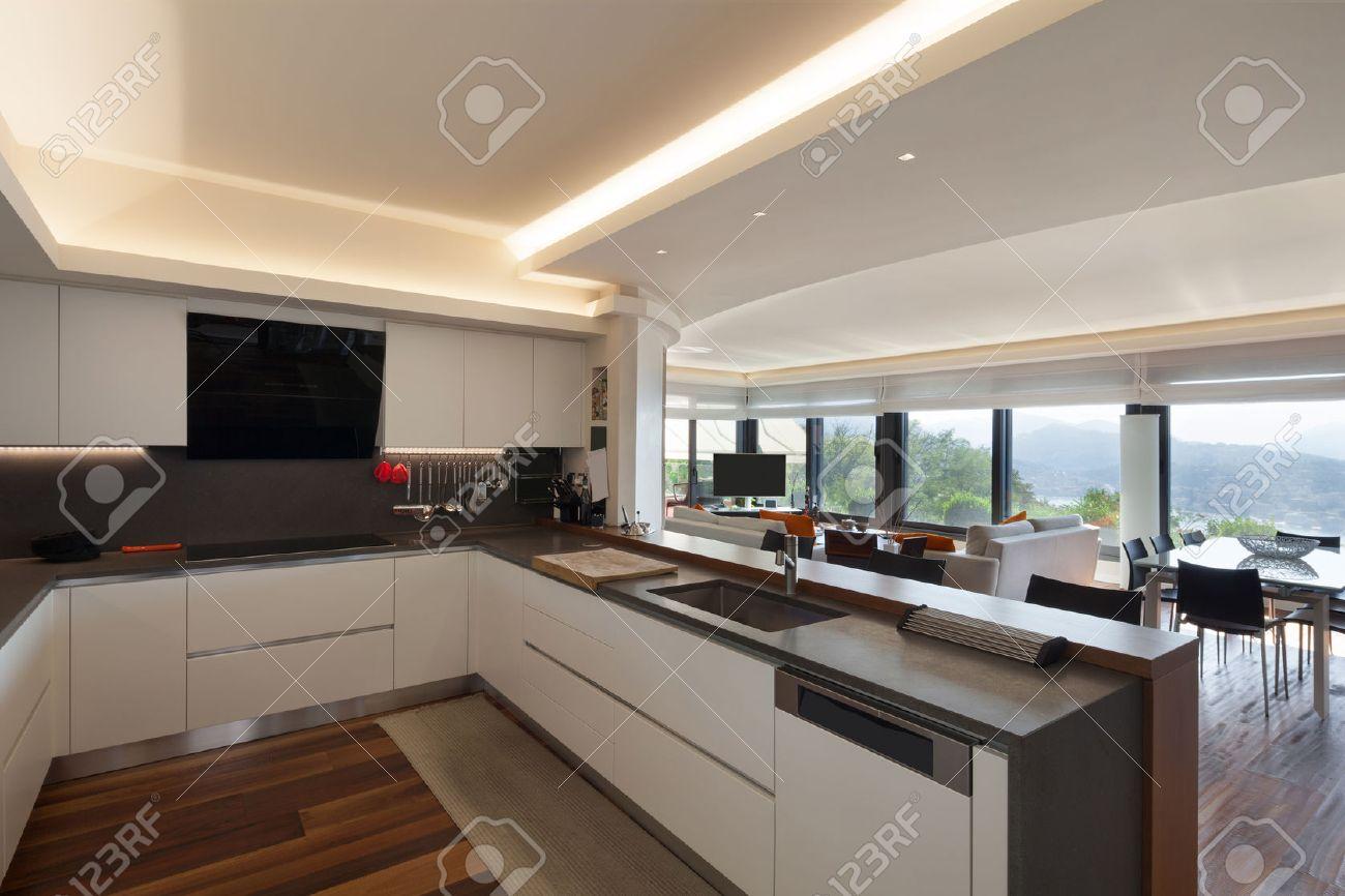 Gli interni, bella cucina moderna di un appartamento di lusso Archivio Fotografico - 47441505