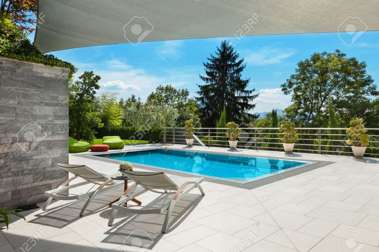 bella casa, vista piscina dalla veranda, giorno d'estate Archivio Fotografico - 47441509