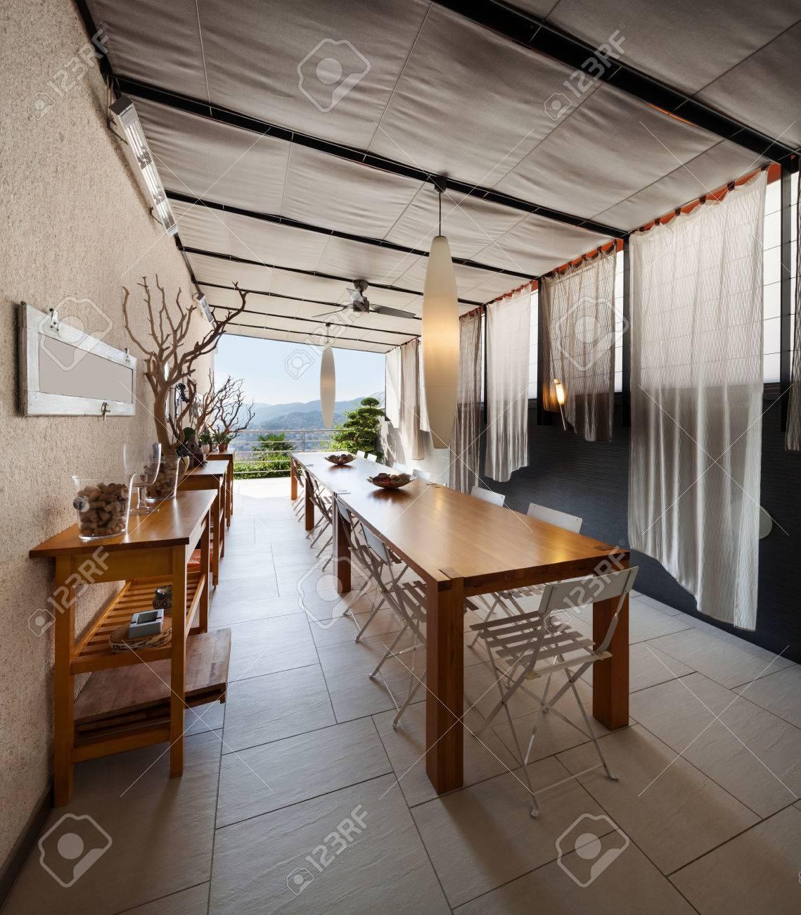 Interior De La Casa, La Cocina Doméstica Con Una Larga Mesa De ...