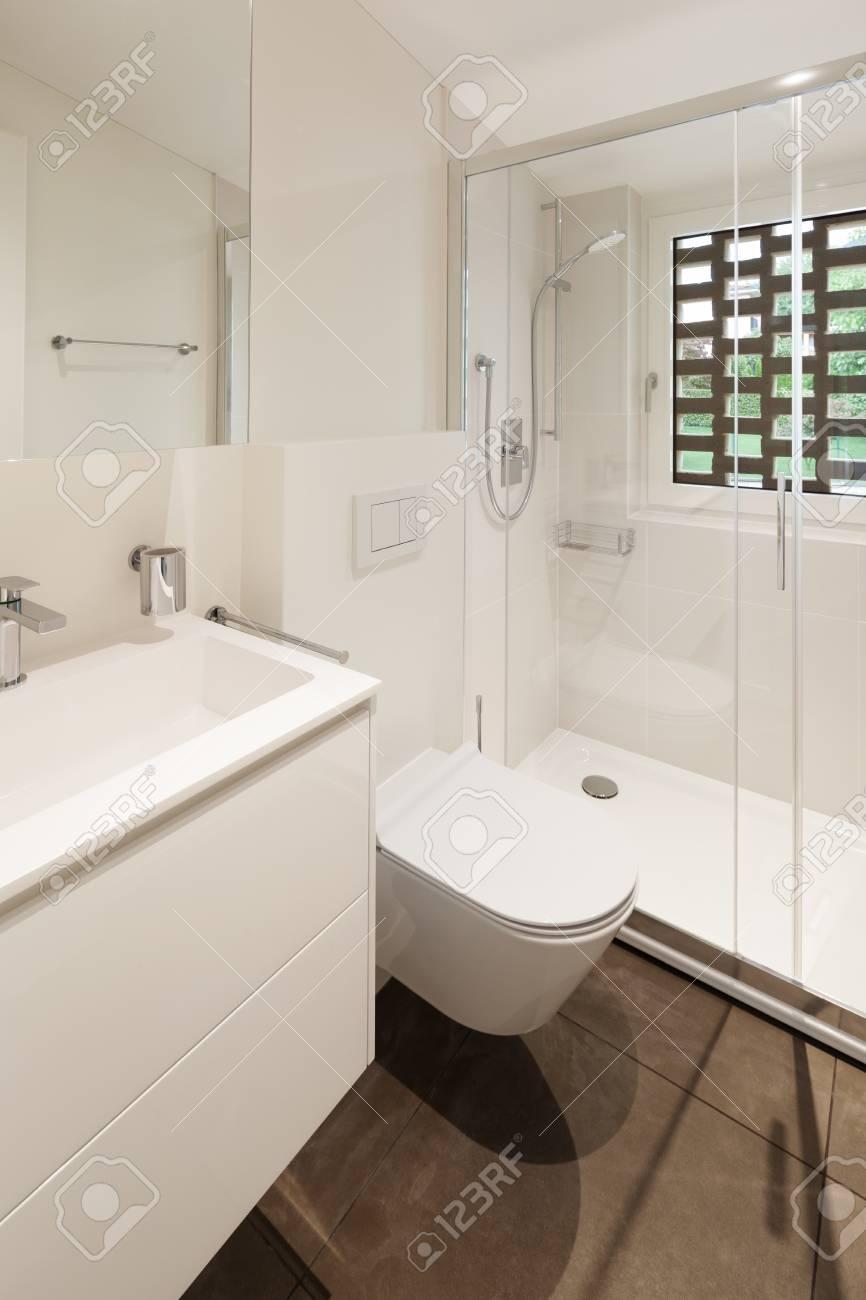 Intérieur du nouvel appartement, salle de bains moderne avec douche