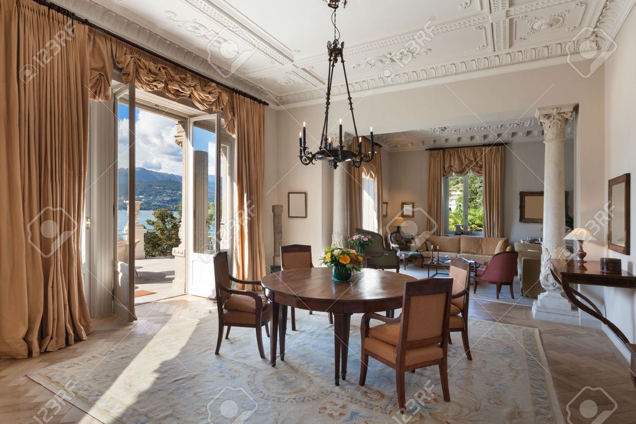 Interni classici, soggiorno di lusso in un palazzo d'epoca Archivio Fotografico - 48094324