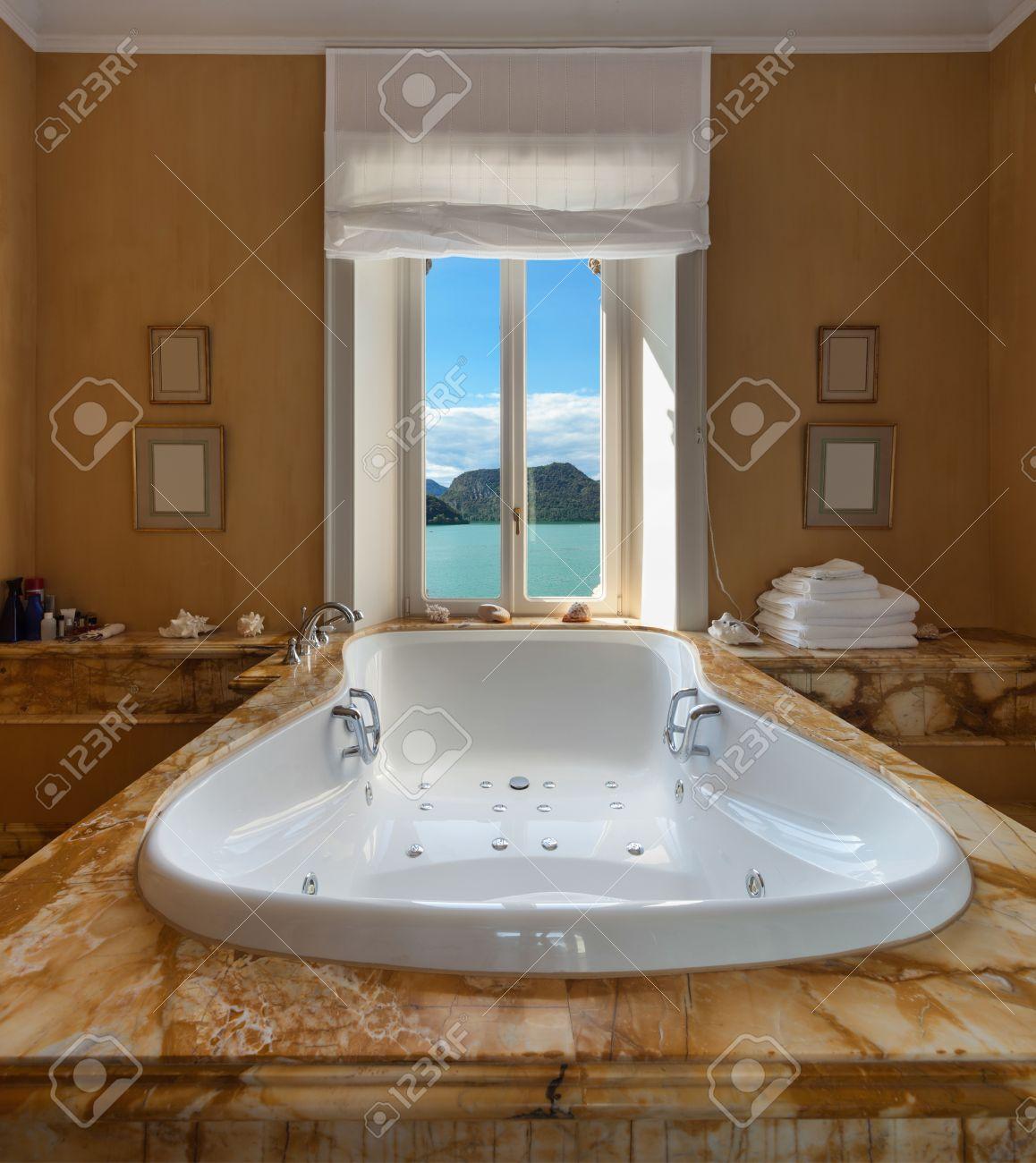 Innenraum Einer Luxusvilla, Schöne Badezimmer Mit Jacuzzi ...