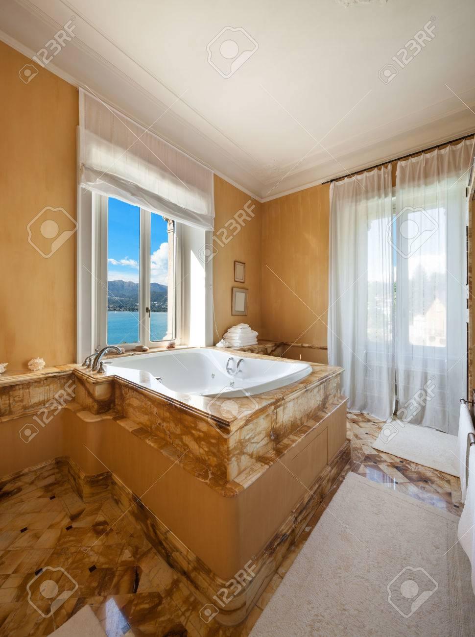 Intérieur D\'une Maison De Luxe, Belle Salle De Bain Avec Jacuzzi ...