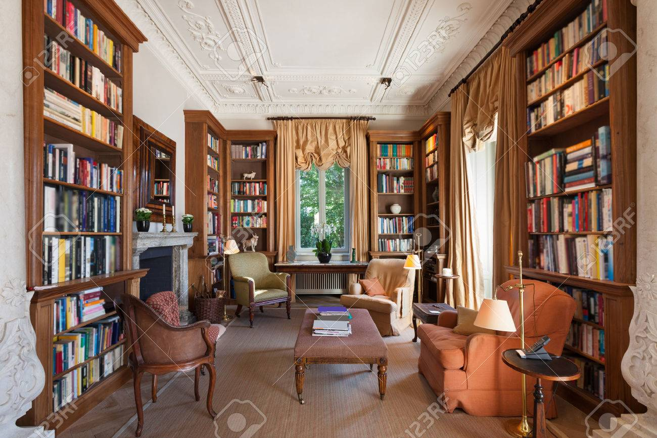 Interiors, classical library in a period mansion Standard-Bild - 48094330