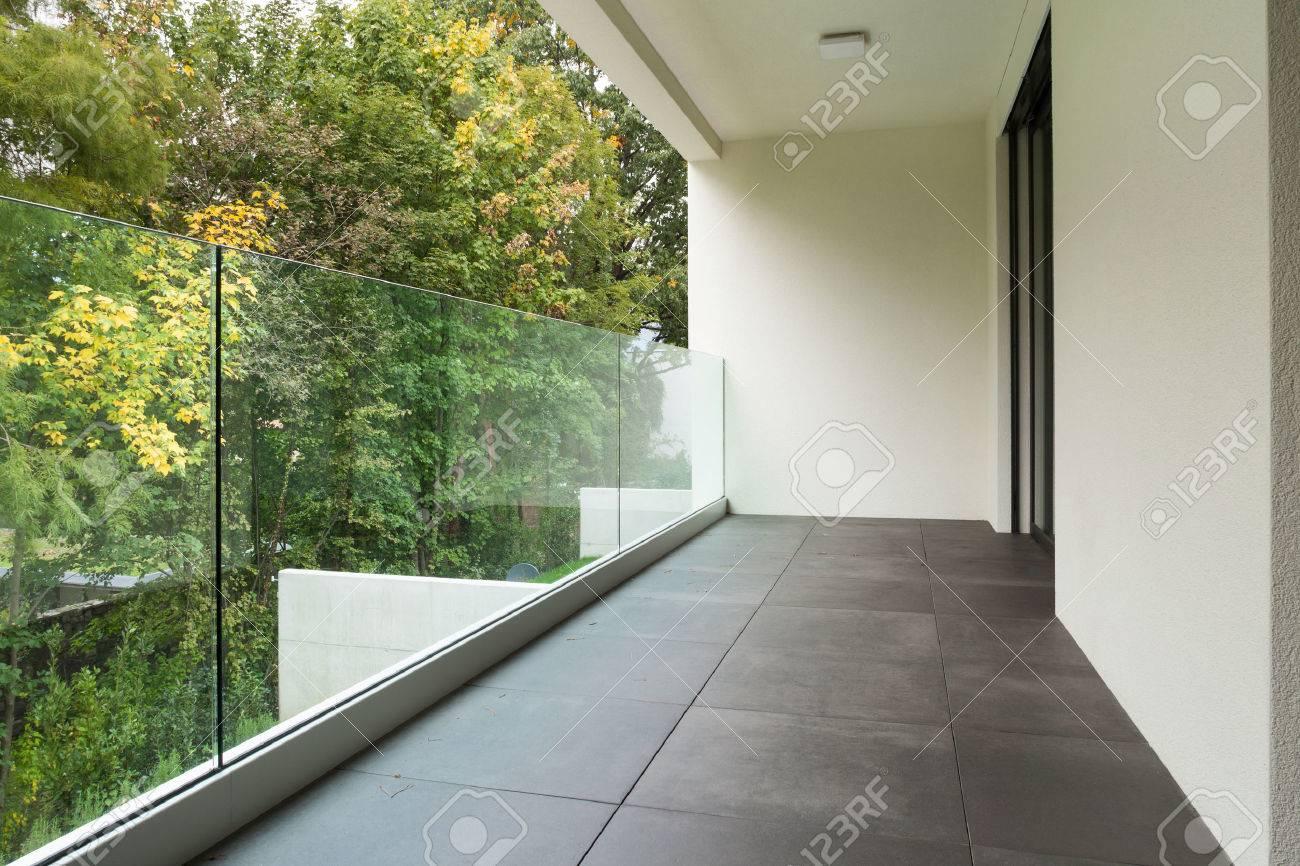 L'architettura moderna, balcone di un appartamento nuovo Archivio Fotografico - 49539919