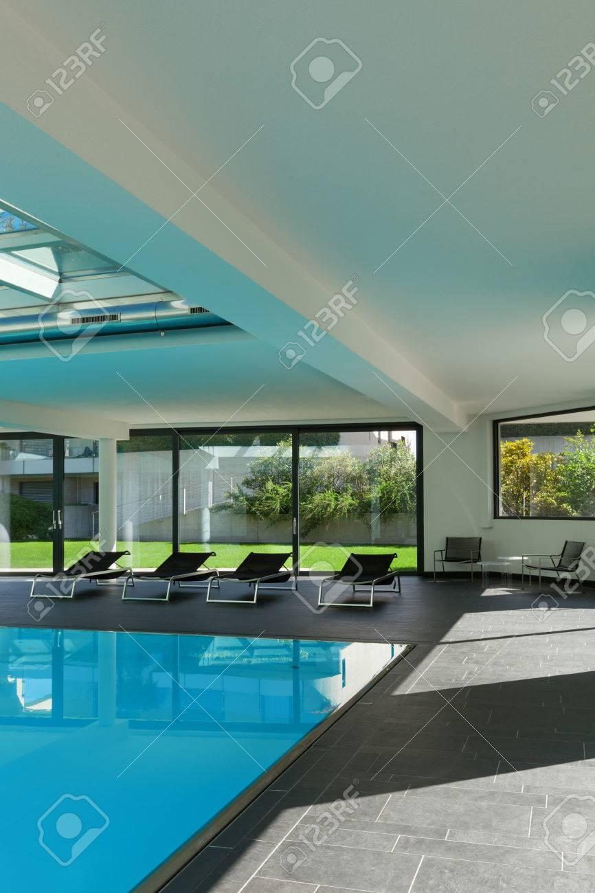 Piscine intérieure d\'une maison moderne avec spa