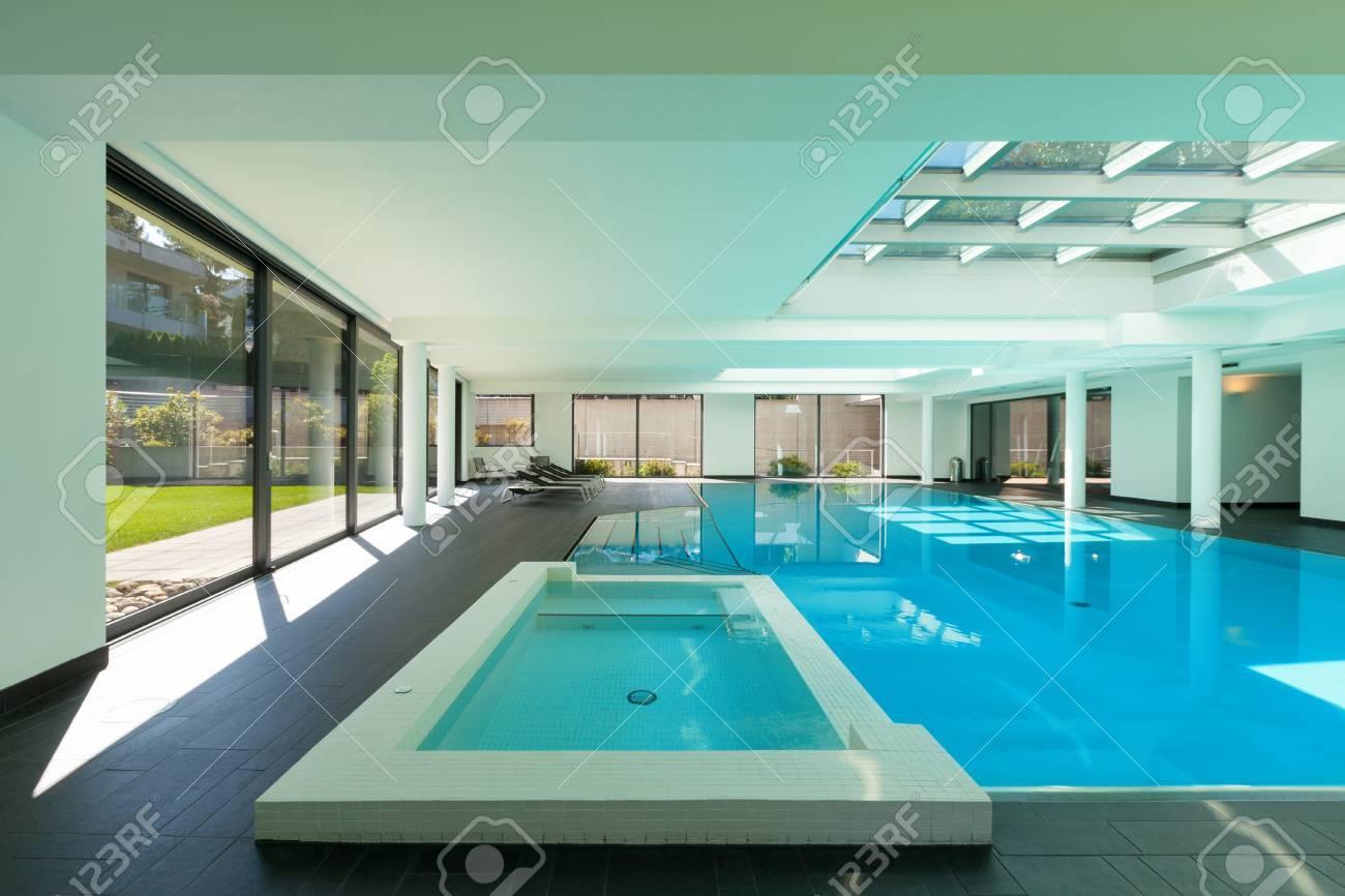 Piscine Interieure D Une Maison Moderne Avec Spa Banque D Images Et