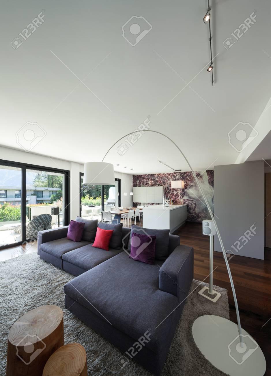 Intérieur de maison moderne, beau salon meublé